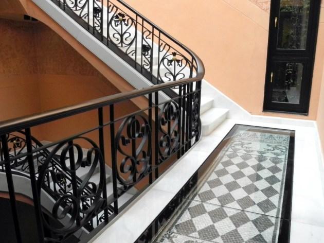 Detalle del suelo y la barandilla originales.