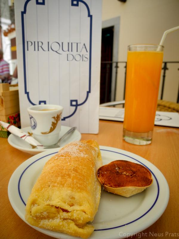 Travesseiro y queijada en la Piriquita Dois.
