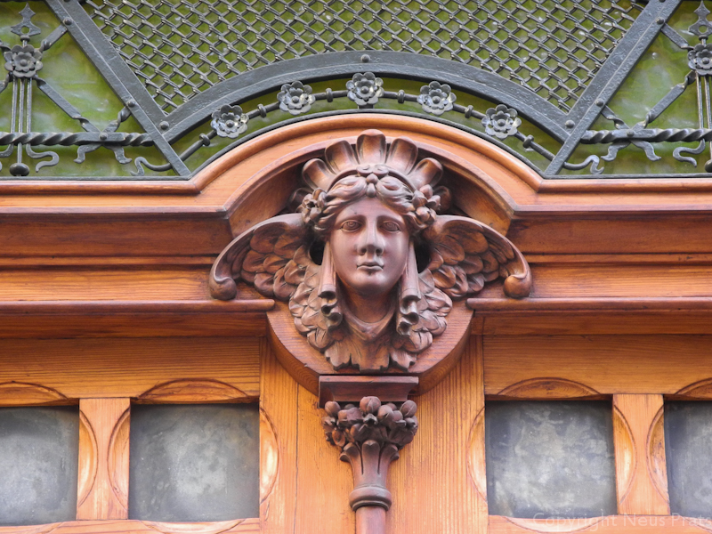 Detalle de la puerta de Can Prunera.