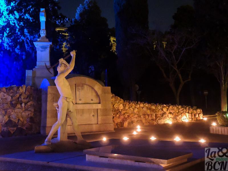 Especialmente iluminado, el cementerio respira un aire diferente.