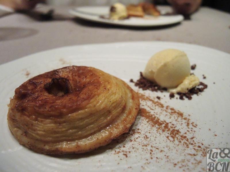 Pastís tatin de poma amb gelat de vainilla.