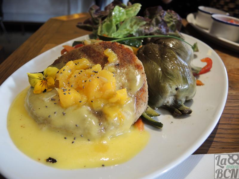 Teresa Carles Best Veggie Burguer. Hamburguesa de verduras de temporada y soja, vinagreta de mango y verduritas al wok.