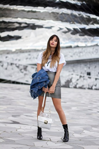 look-90s-blog-jupe-trapeze-cuir-argent-tshirt-blanc-message-veste-en-denim-oversized