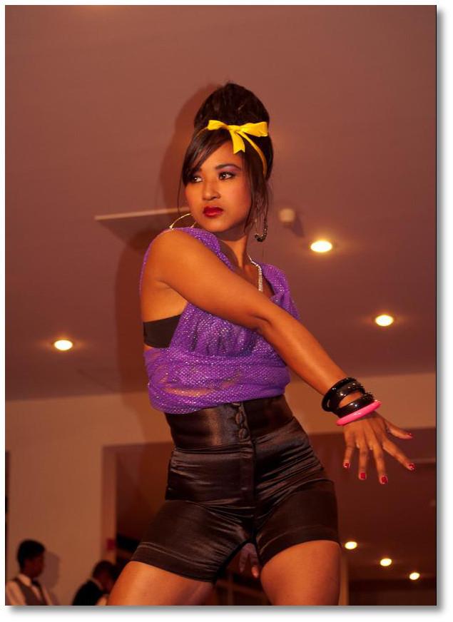 踊りを踊っている美女