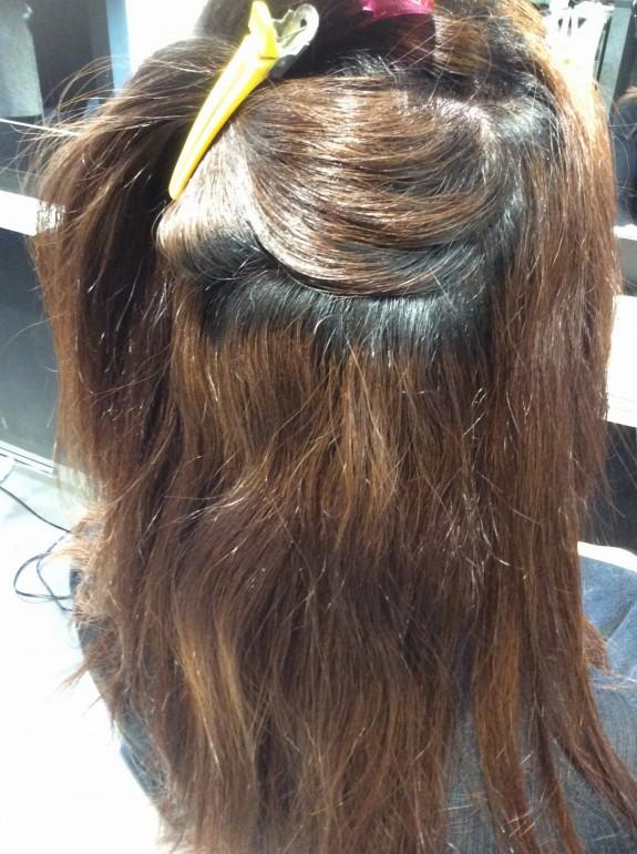 縮毛矯正をかける前のビフォー画像です。表面の髪の毛をダッカールで止めて中の方の大きなくせ毛を写しました。荒れてしまった髪の毛の残骸という感じですが、毛先はブリーチ毛状態です。綺麗になるといいですね。