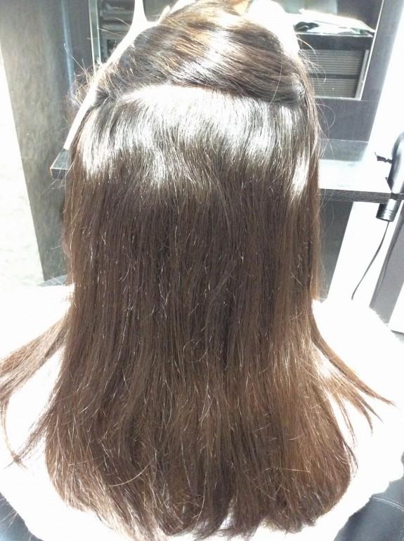 根元の新生毛はシッカリした癖毛ですね。毛先の方に気になるカーブがありますが癖がきっちり取れていないと判断です。 そんなに傷んでないようですが、この毛先の癖をシッカリ取る事でもっと持ちの良い縮毛矯正になります。