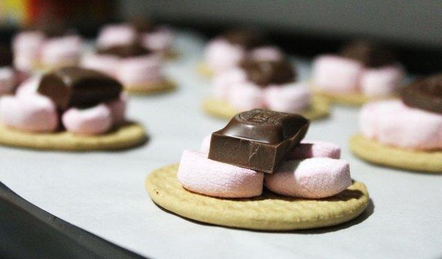 Varias galletas con golosina y chocolate