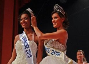 Iris Mittenaere remettant la couronne de Miss Lorraine à Justine Kamara.