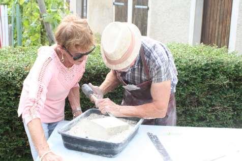 Initiation de la taille de pierre avec l'artisan local Daniel Schmitt.