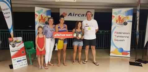 Diane Lesoeur (2e en partant de la droite) finaliste du championnat de Polynésie de squash.