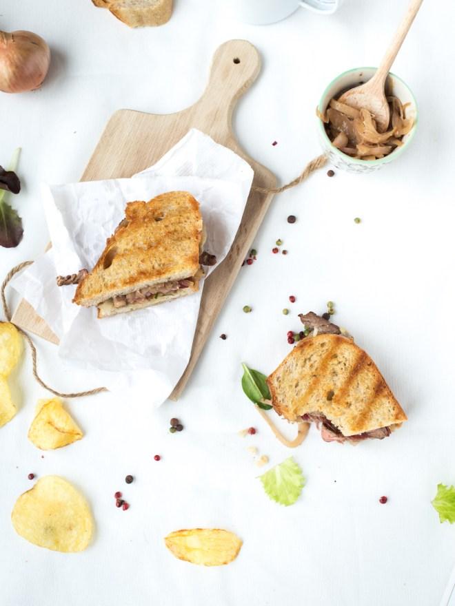 sandwich grillee comte boeuf compotee doignons aux trois baies