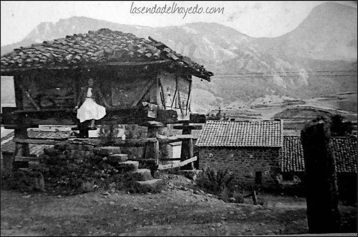 Antiquísimo hórreo ya desaparecido en el pueblo de Burón. Nótese que es de cuatro aguas. Al fondo el pico Burin o Yordas. (Foto cedida por Olga Pajín)