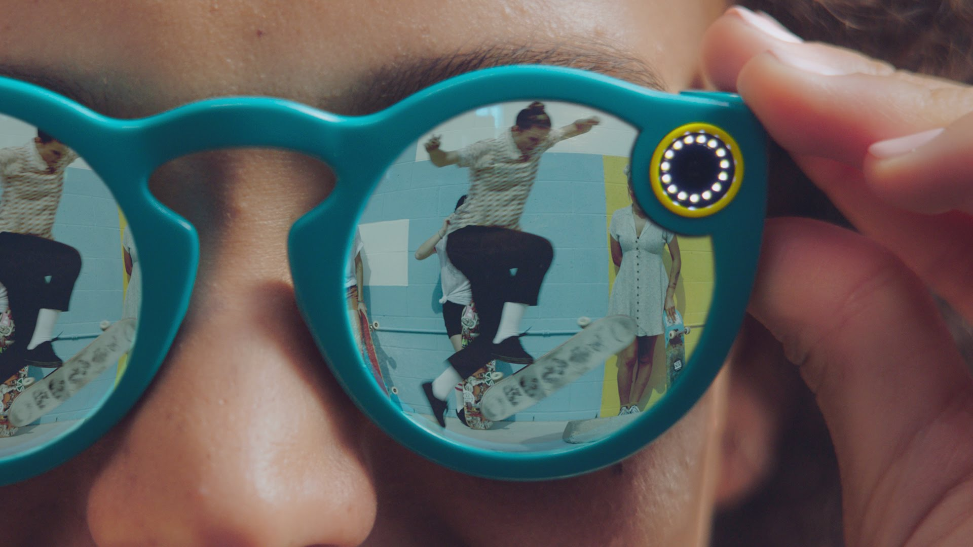 Spectacles, New Sunglasses With an Integrated Camera That Wirelessly Upload Videos to Snapchat