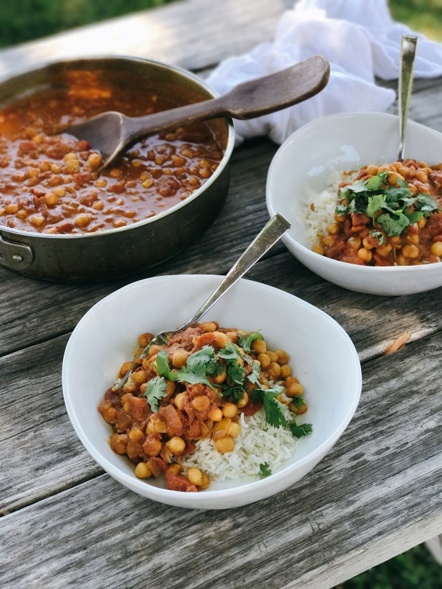 HEARTY CHICKPEA CURRY // laurenariza.com // Recipe Schmecipe