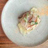 Cru de dorade, pois fourragés, tomate, caméline | Restaurant Les 400 coups du Vieux-Montréal