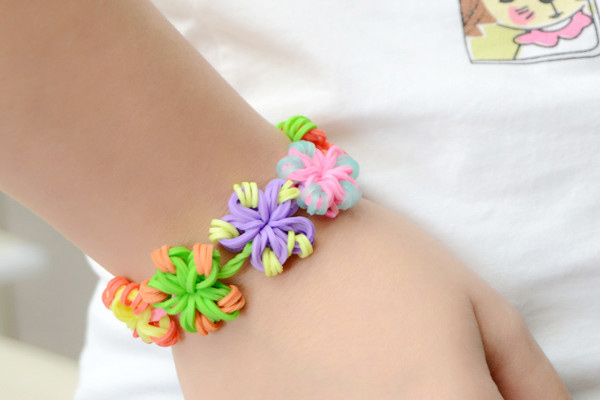 Easy Diy Instruction On Making A Candy Color Loom Flower