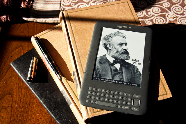 Kindle showing a screensaver / img by WheresWilson via flickr (CC)