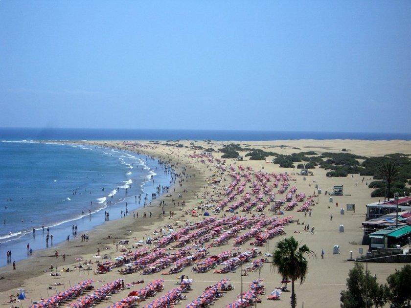 Plage des Anglais aux Canaries où affluent de nombreux touristes en cette période estivale