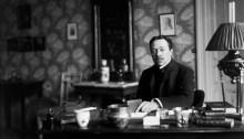 Hjalmar Söderberg ved sitt skrivebord i 1907, fem år før han ga ut «Den allvarsamma leken» (Foto: Stockholm Stadsmuseum/www.stockholmskallan.se)