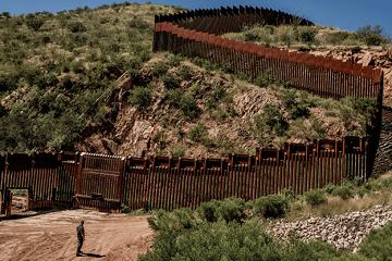 Hàng rào dọc biên giới ở Nogales, Arizona.  (Ảnh: Tomas Munita/The New York Times)