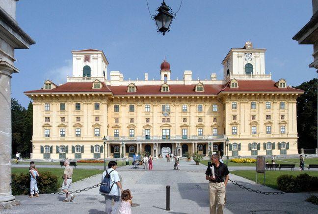 1024px-Eisenstadt_Schloss_Esterhazy_16082003_01