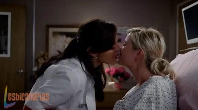 Callie y Arizona besándose