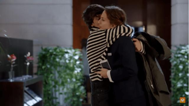 carol abraza a adela
