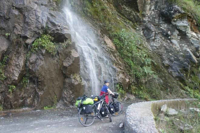 cascade sur la route