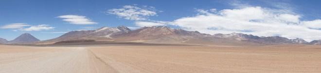 Route menant aux dernières lagunes. Derrière cette chaîne de montagnes, c'est le Chili!