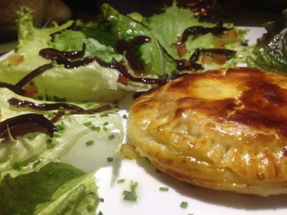 Feuilleté au foie gras sur son lit de salade, confit d'oignons rouges et son sorbet aux baies roses