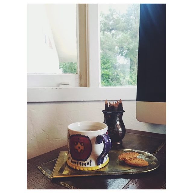 Rainy day breakfast at work! (@azi_z I carry these mugs around the continent with me! They have been in storage in three different cities so far, and unpack them every time gives me an absolute joy. Miss you ❤️)