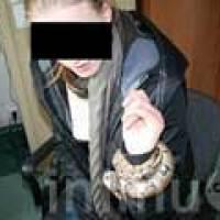 [PICS] Ular Nongol Dari Bra Tersangka Wanita, Polisi Kaget