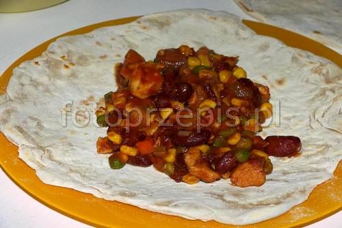 Tortilla z nadzieniem (Burito, Burrito) wieprzowina srednie smazone meksykanska kolacja  przepis foto