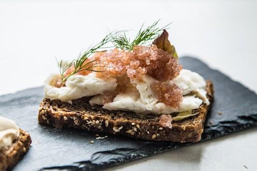 Smørrebrød kylling rabarber stenbiderrogn slethvar agurkesalat - Mikkel Bækgaards Madblog-3.jpg