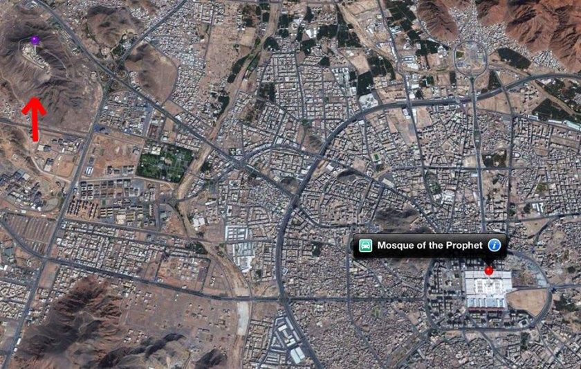 Kingdom Palace di atas Jabal Habsyi (tanda panah merah) dan White Palace/ Istana Putih (Masjid Nabawi) di Madinah Al-Munawwarah