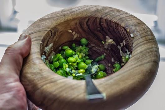 Moste ærter med løg, hvidløg og olivenolie - Mikkel Bækgaards Madblog