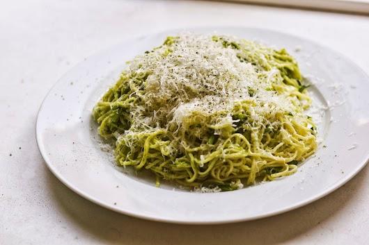 Hjemmelavet spaghetti med rucola og pesto af radiseblade og hasselnødder - Mikkel Bækgaards Madblog