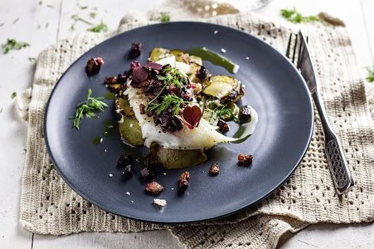 Bagt torsk med baconstegte rødbeder, peberrod og råstegte kartofler - Mikkel Bækgaards Madblog