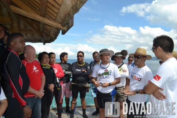 Leticia by the Sea owner Ray de la Paz (2nd from right) discusses cleanup details with Davao Reef Divers Club members