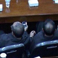 [FOTO] Camat Malah Tonton Video Porno Saat Bupati Pidato