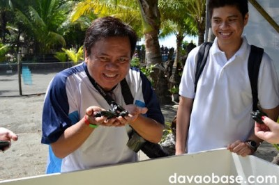 GenSan Media Affairs Officer (and fellow blogger) Avel Manansala scoops up a few pawikans from their mini-swimming pool
