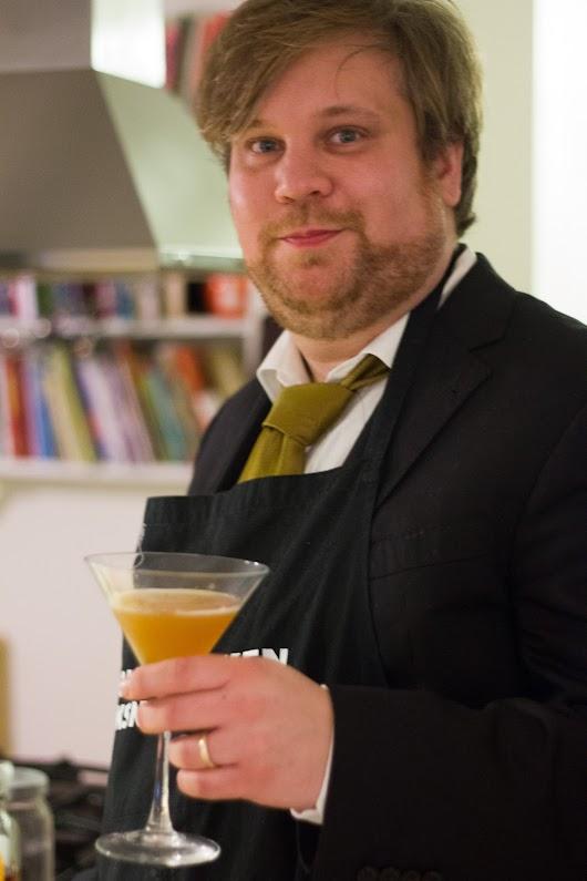 Mikkel Bækgaard med en skøn cocktail nytåraften 2012