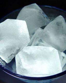 Recupera horas de sueño en tu rostro con un cubito de hielo