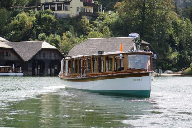 Über den See verkehren Elektroboote