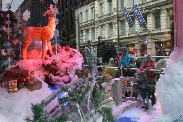 Weihnachtliches Schaufenster in der Haupteinkaufsstraße