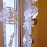 Zimní záclona ze sněhových vloček vyrobená dětmi