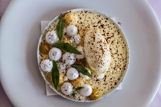 Dessert med citron, marrengs, hvid chokolade og lakrids hos Svinkøv Badehotel - Mikkel Bækgaards