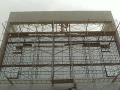 Fachada de predio em construção