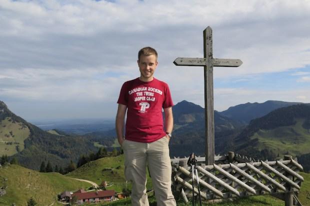 Etwas oberhalb der Kranzhornhütte steht ein Kreuz