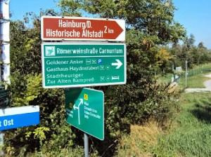 Schilderwald am Fahrradweg
